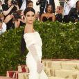 Kendall Jenner usou um jumpsuit com decote de ombro a ombro no Met Gala 2018