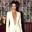 Kendall Jenner, em evento posterior ao Met Gala, usou um blazer branco sem sutiã em Nova York