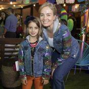 Mãe e filha estilosas! Angélica e Eva combinam jaqueta bordada em festa infantil