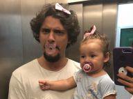 Bruno Gissoni posa de chupeta e lacinho com a filha, Madalena: 'Ama me imitar'