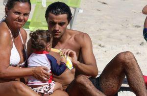 Felipe Simas curte praia com a filha, Maria, e a mulher, Mariana Uhlman. Fotos!