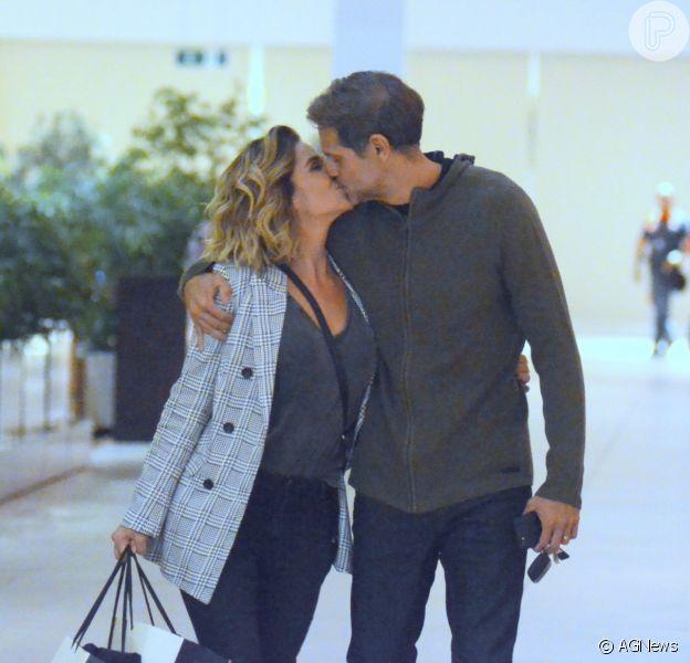 Giovanna Antonelli e o marido, Leonardo Nogueira, são fotografados no Shopping Village Mall, na Barra da Tijuca, zona oeste do Rio de Janeiro, neste sábado, 12 de maio de 2018