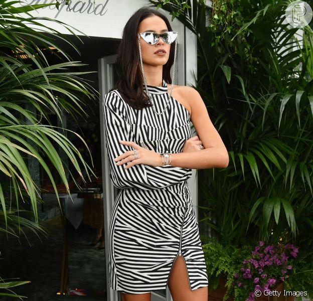 Bruna Marquezine orna óculos de gatinho com vestido P&B em Cannes
