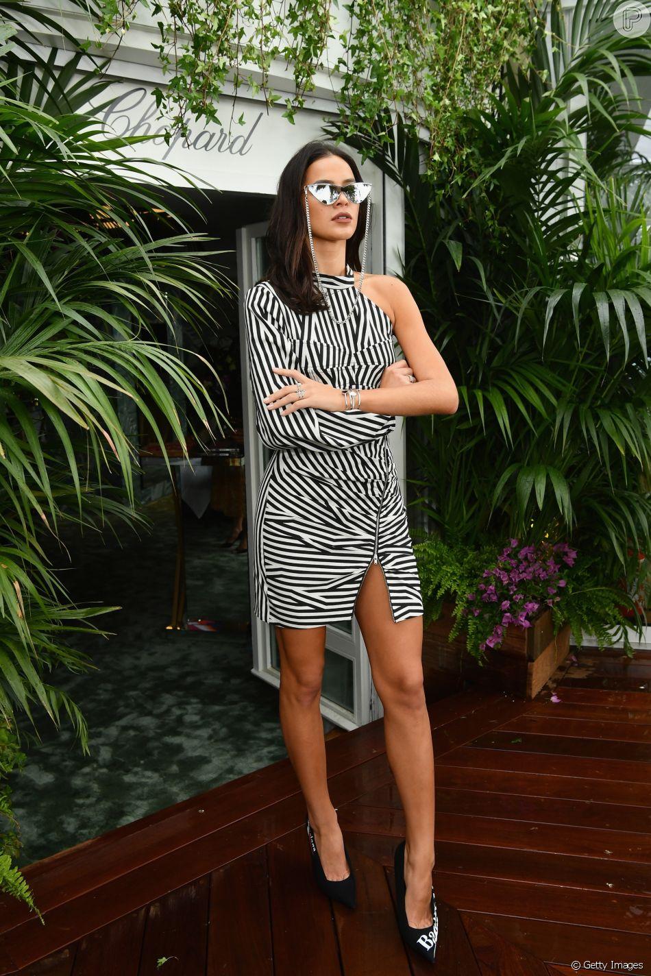 6f6ee73228fca Bruna Marquezine orna óculos de gatinho com vestido P B em Cannes ...