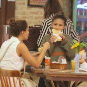 Diversão em família! Camila Pitanga e filha, Antonia, comem pastel em shopping