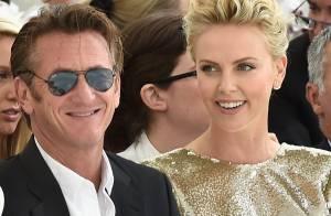 Charlize Theron e Sean Penn trocam carinhos durante Semana de Moda de Paris