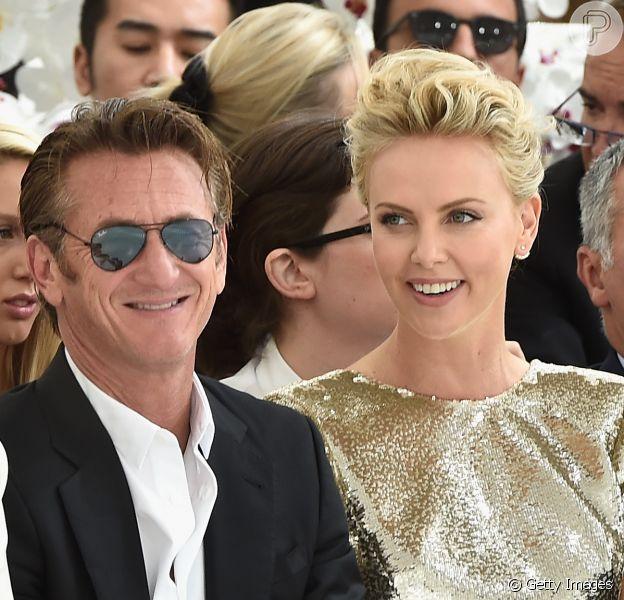 Charlize Theron e Sean Penn estiveram no desfile da grife Christian Dior, em Paris, no Museu Rodin, nesta segunda-feira, 7 de julho de 2014