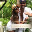 Juliana Paes posou como marido usando Quay Australia com estilo retrô, vendido pelo equivalente R$ 185 reais (U$50)