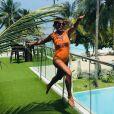 Juliana Paes se divertiu usando um body laranja em um dos registros da viagem