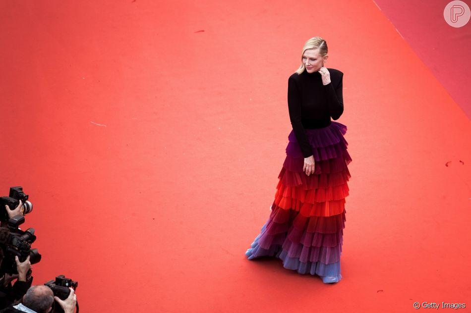Cate Blanchett usou look composto por saia em camadas com colorido dégradé na exibição do filme 'Blackkklansman' nesta segunda-feira, dia 14 de maio de 2018, no Festival de Cannes