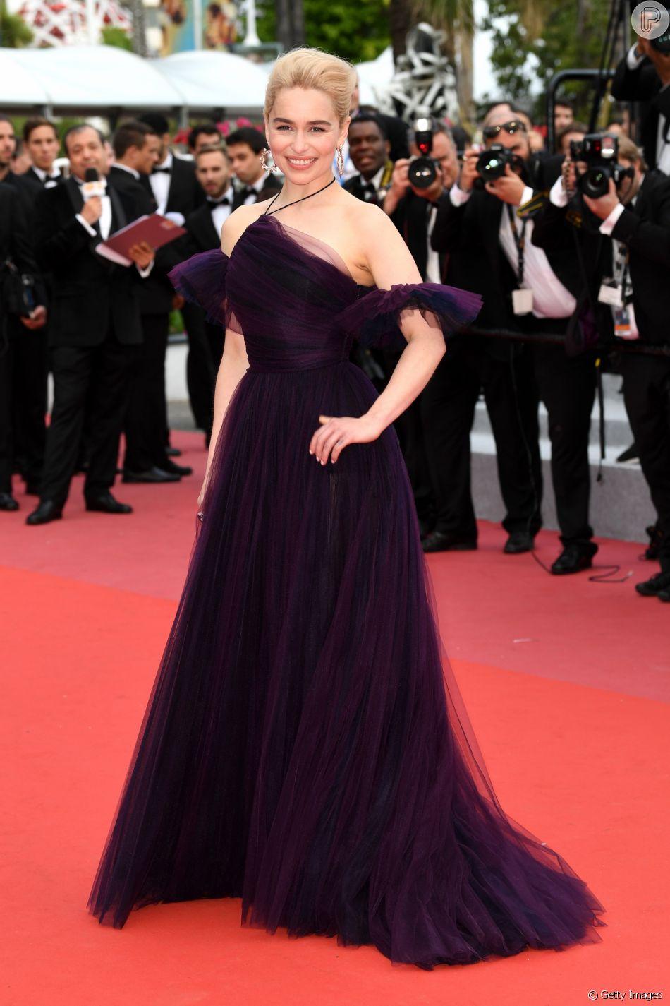 Emilia Clarke elegeu look ultra violet e de tule para o lançamento do filme ' Han Solo: Uma História Star Wars', no Festival de Cannes, nesta terça-feira, 15 de maio de 2018