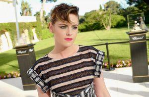 Kristen Stewart alia vestido navy, sombra metálica e grampos à mostra em evento
