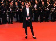 Kristen Stewart atrai flashes com look andrógino no tapete vermelho de Cannes