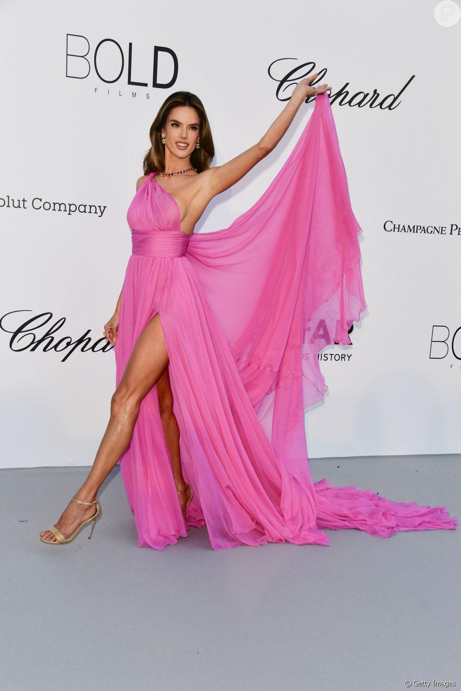 Alessandra Ambrosio escolheu longo fluido Rosa Chá  durante coquetel de gala da amfAR, realizado nesta quinta-feira, dia 17 de maio de 2018