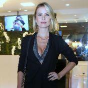 Ousado na medida: Barbara França combina top decotado com blazer para evento