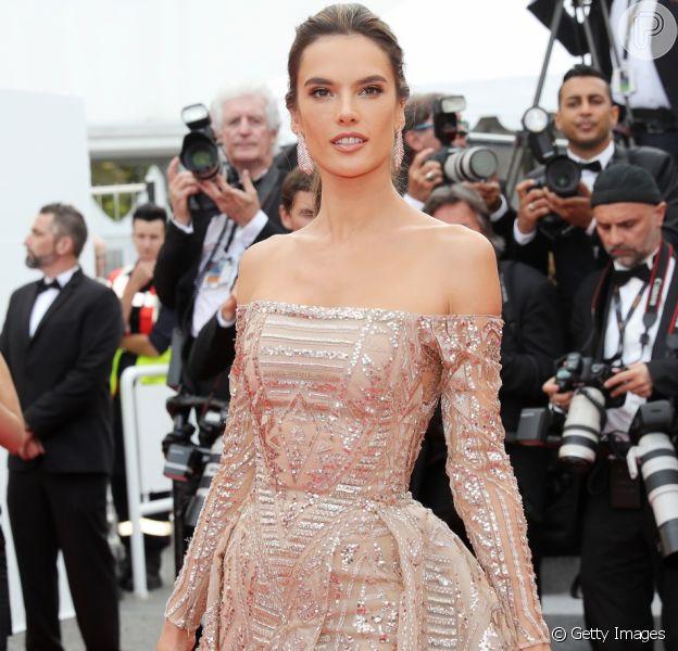 Alessandra Ambrosio elegeu um vestido Zuhair Murad para a première do filme 'The Wild Pear Tree (Ahlat Agaci)', no Festival de Cinema de Cannes, nesta sexta-feira, 18 de maio de 2018