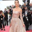 O vestido ombro a ombro de Alessandra Ambrosio em Cannes tem detalhes em paetê