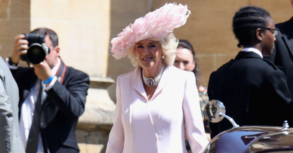 Camilla Parker Bowles Optou Por Um Vestido Claro Anna Valentine No Casamento Do Enteado O Principe Harry Com Meghan Markle Purepeople
