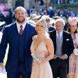 Mulher de James Haskell, a apresentadora Chloe Madeley apostou no decote para o casamento do príncipe Harry com Meghan Markle