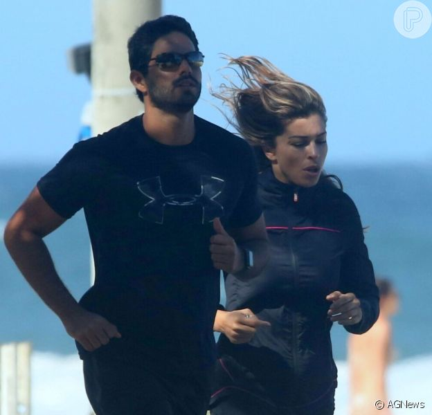 Grazi Massafera corre com o namorado, Patrick Bulus, na orla da praia de Ipanema, na Zona Sul do Rio de Janeiro, em 20 de maio de 2018