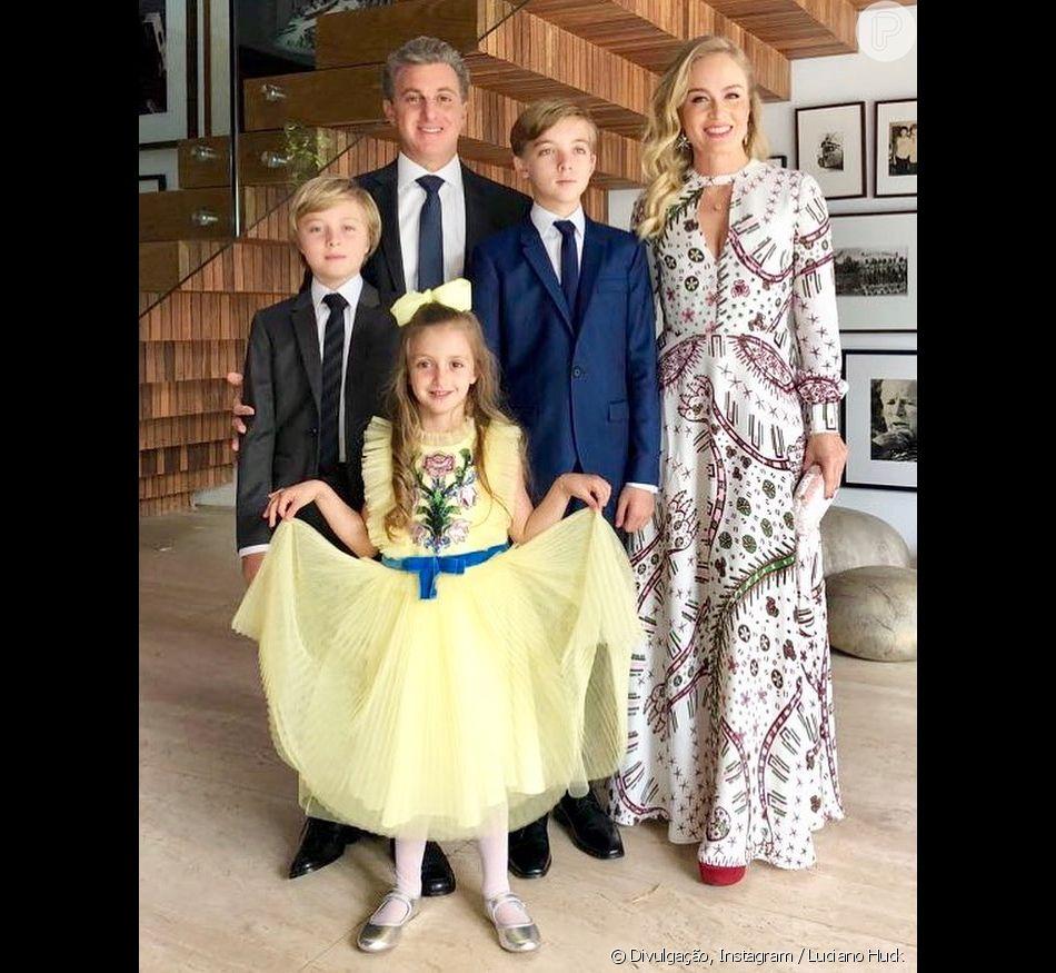 Angélica usa vestido de R$ 17 mil e posa ao lado de Luciano Huck e dos filhos no bar-mitzvá de Joaquim, em 20 de maio de 2018