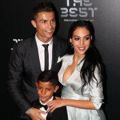 Foto em família: Cristiano Ronaldo faz selfie com namorada e filhos. Veja clique