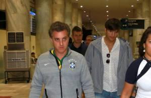 Luciano Huck e Ashton Kutcher desembarcam em aeroporto do Rio e são fotografados