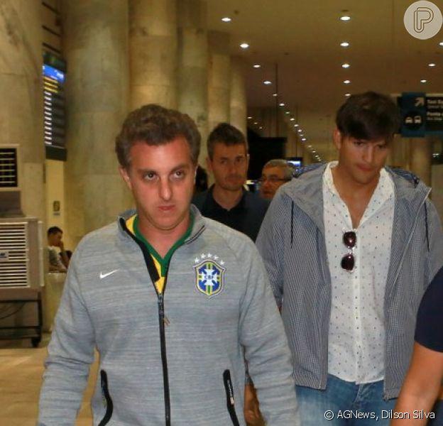 Ashton Kutcher e Luciano Huck desembarcaram em aeroporto do Rio de Janeiro, nesta quarta-feira, 9 de julho de 2014