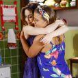 Fátima (Rai Teichimam) leva Cecília (Bia Arantes) para fazer o exame de sangue para confirmar gravidez na novela 'Carinha de Anjo'