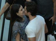 Camila Queiroz troca beijos com o noivo, Klebber Toledo, em shopping do Rio