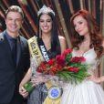 Mayra Dias, nova Miss Brasil, com os apresentadores do concurso de beleza, Cássio Reis e Maria Eugênia Suconic