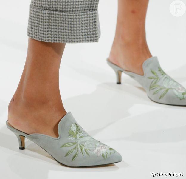Saltos mais baixos são a mais nova tendência e aparecem nos pés das modelos em desfiles de grifes