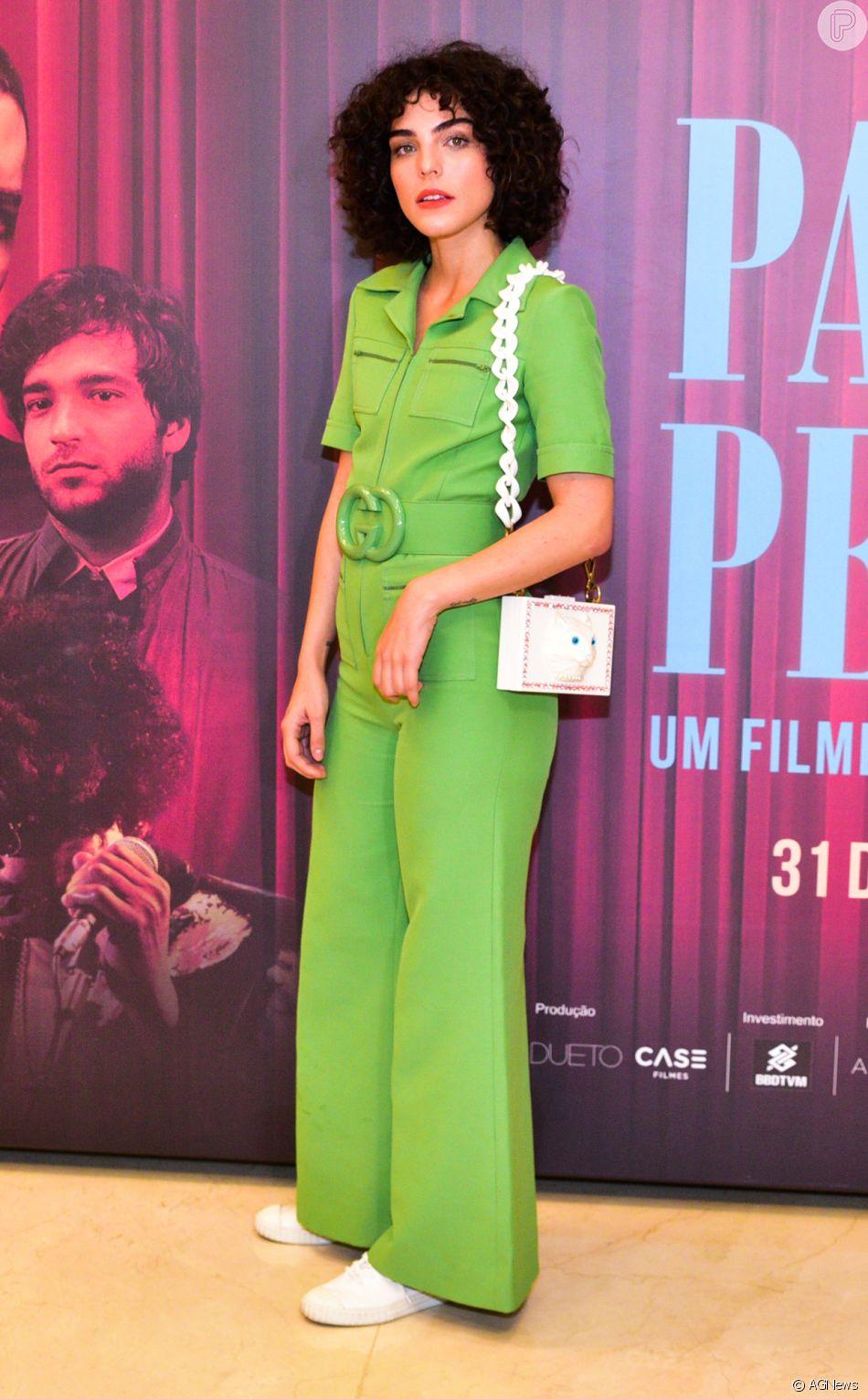 Julia Konrad usou jumpsuit monocromático Gucci, acinturado com acessório  com o logo da marca, fc49c5c086