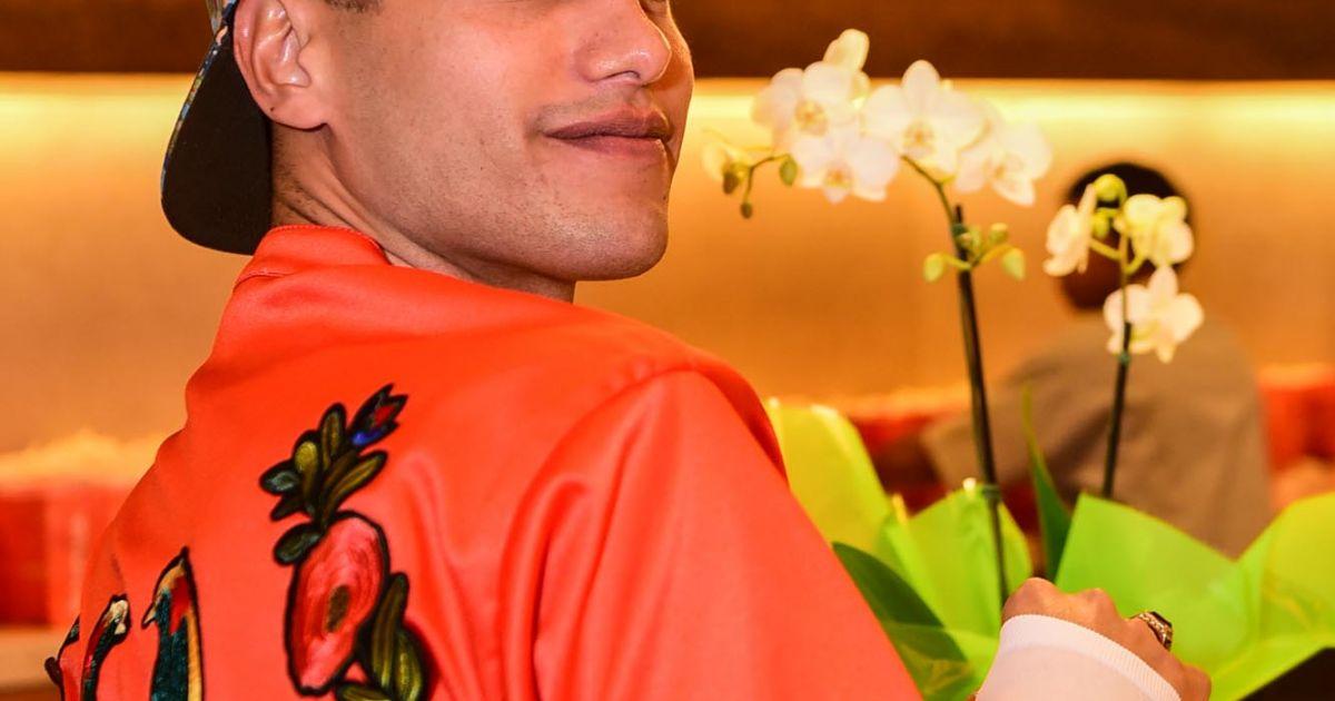 O look laranja de Jaloo, usado sobre segunda pele branca, contava com  bordados na parte de trás - Purepeople 7d00c46691