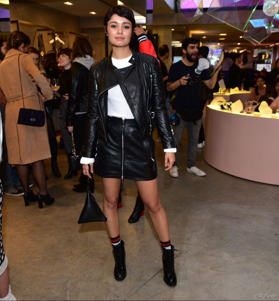 Sophie Charlotte escolheu um look com couro, botas e meia lurex para compor a produção