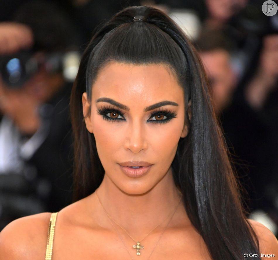 Kim Kardashian fala quais são os 5 itens de mauiagem indispensáveis em sua rotina de cuidados com a pele!