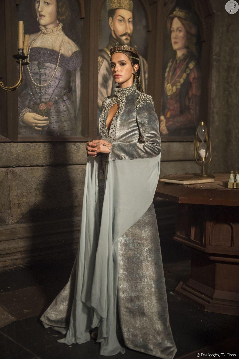 7b2809629fb Catarina (Bruna Marquezine) é coroada rainha de Artena no capítulo de  quinta-feira