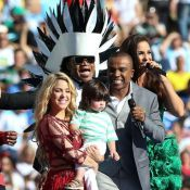 Shakira canta no encerramento da Copa do Mundo com o filho, Milan, no colo