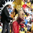 Shakira canta com Carlinhos Brown no show de encerramento da Copa do Mundo