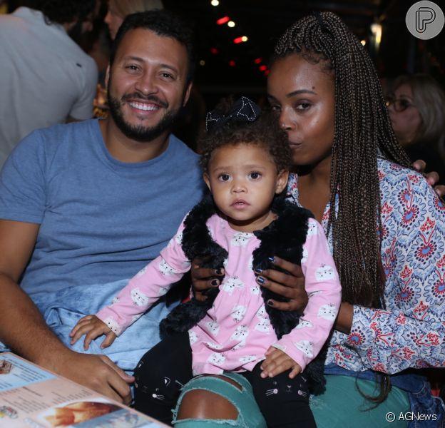 Filha de Roberta Rodrigues, Linda Flor, roubou a cena com look em restaurante com pais na noite de quinta-feira, 31 de maio de 2018