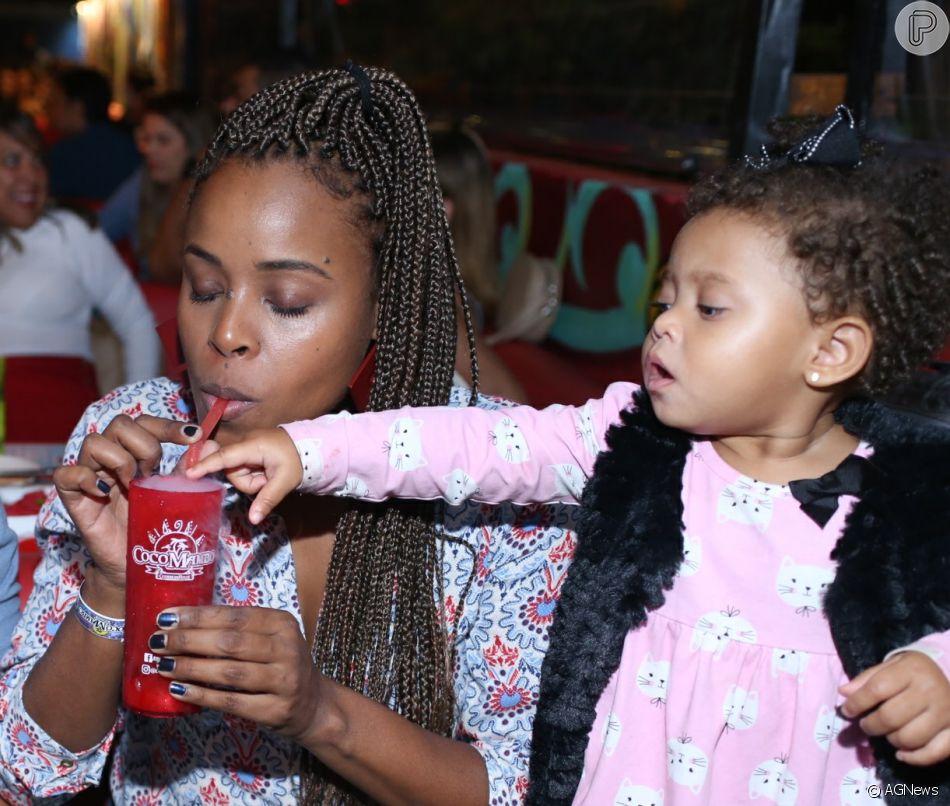 Roberta Rodrigues se divertiu com a filha, Linda Flor, na noite de quinta-feira, 31 de maio de 2018