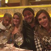 Daniel Alves janta com amigos e sem a namorada, Thaíssa Carvalho, em São Paulo