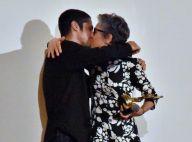 Gabriel Leone e Cássia Kis trocam selinho após atriz ser homenageada no Cine PE