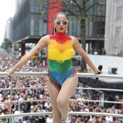 Anitta usa look de franjas com as cores do arco-íris na Parada LGBT. Fotos!