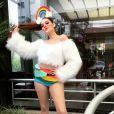 Ex-BBB Ana Clara apostou em hot pants colorida e cropped com pêlos brancos