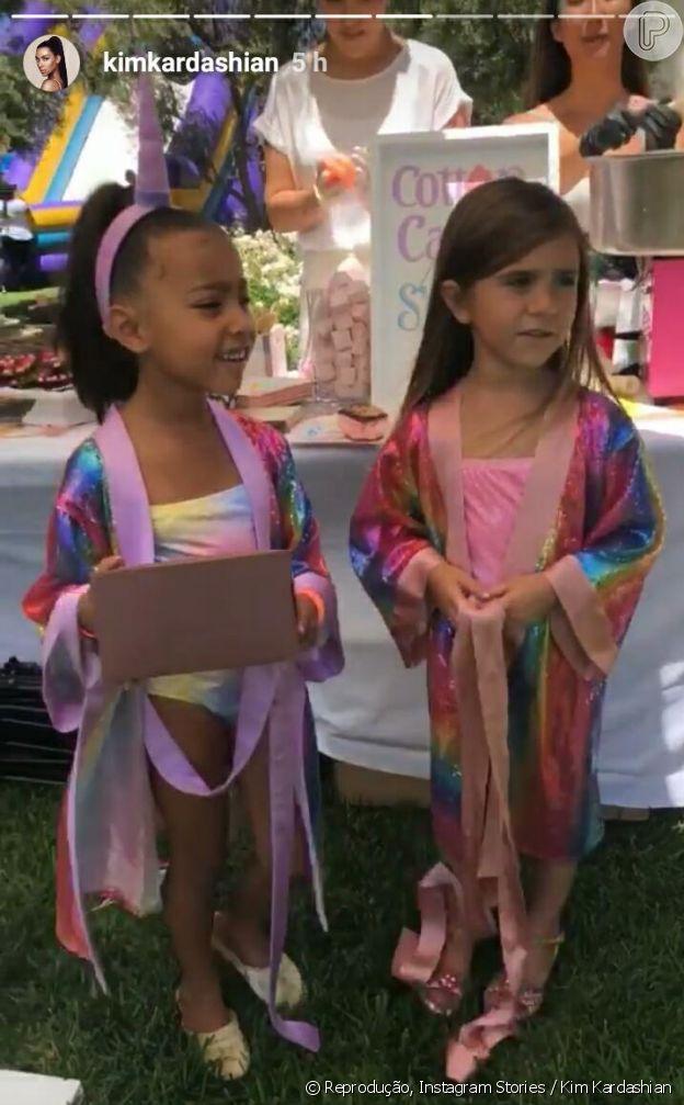Kim e Kourtney Kardashian fazem festa como tema de unicórnio para as filhas