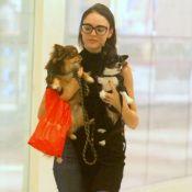 Isabelle Drummond passeia com cachorros em shopping do Rio. Veja fotos!