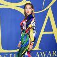 Gigi Hadid finalizou o look Versace com sapatos Stuart Weitzman vermelhos no CFDA Fashion Awards 2018,  realizado no Brooklyn Museum, em Nova York, nesta segunda-feira, 4 de junho de 2018