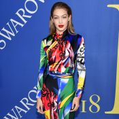 Colorida! Gigi Hadid se destaca com macacão Versace no CFDA Fashion Awards