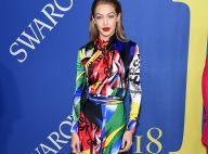 Colorida! Gigi Hadid se destaca com macacão Versace no CFDA Fashion Awards